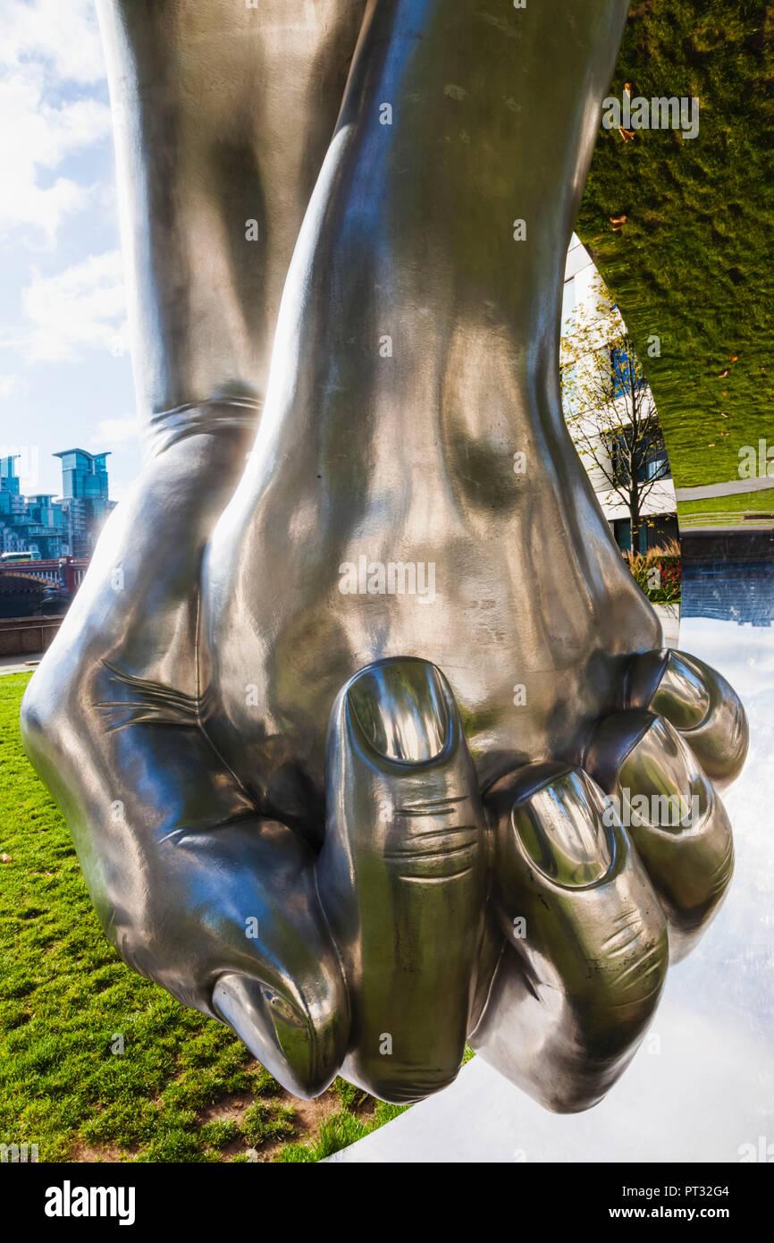 England, London, Westminster, Millbank, Riverside Walk Gardens, Sculpture titled 'Love' by Lorenzo Quinn - Stock Image