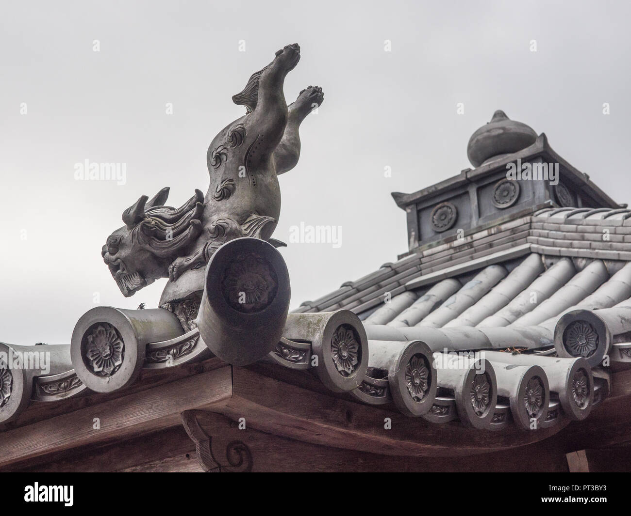 Roof figure, leaping lion dog, decorative tile, Kirihataji temple 10,  Shikoku 88 temple pilgrimage, Tokushima, Japan - Stock Image