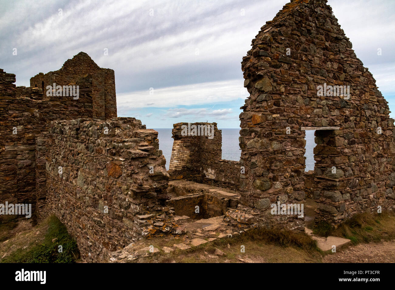 Wheal Coates Tin Mine. Ruined and partly Restored Victorian Mine Buildings. Saint Agnes, Cornwall, England. - Stock Image