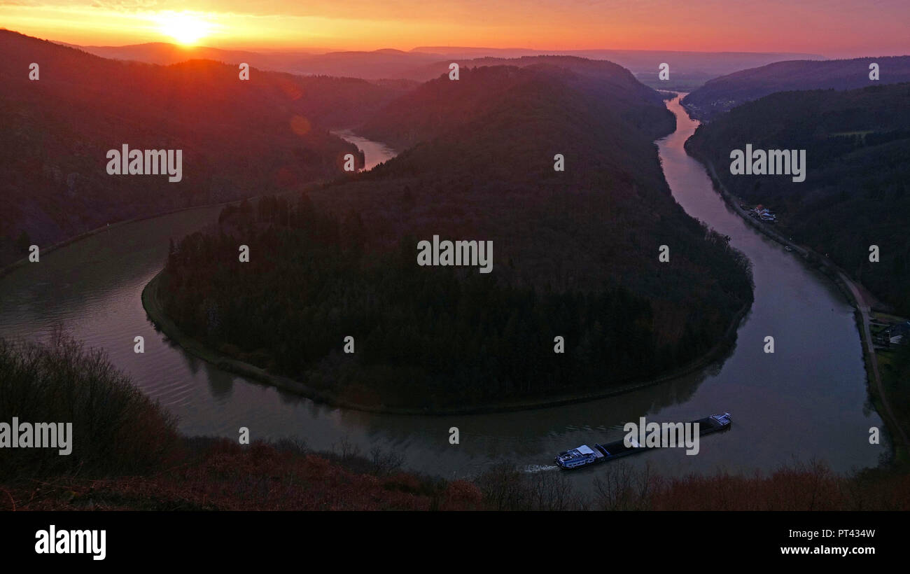 View from the viewpoint Cloef at Mettlach-Orscholz on the Saarschleife at sunrise, Mettlach, Saarland, Germany - Stock Image