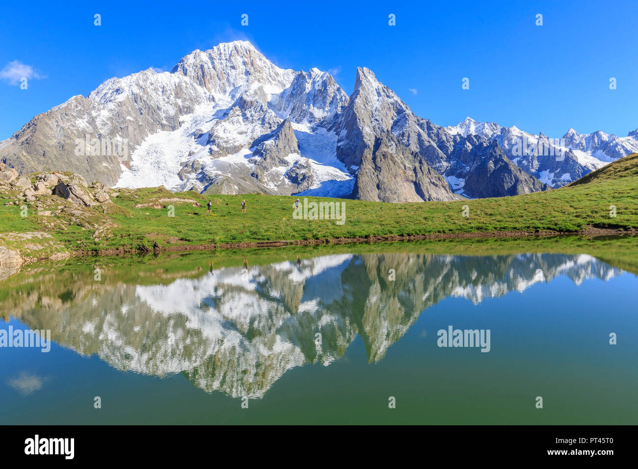 Trail runners in transit at the Lac des Vesses, Vesses Lake, Veny Valley, Courmayeur, Aosta Valley, Italy, Europe - Stock Image