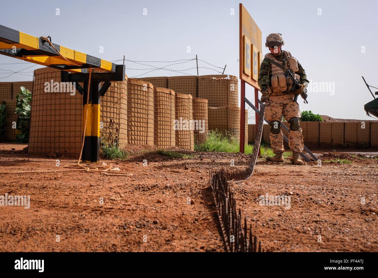 Estonian infantry platoon ESTPLA-26, participating in French-led Operation Barkhane in the West African country of Mali, commenced their primary task of manning entrances and control posts at the Gao base in the northeast of the country. Gao - Mali - august 2018. Le peloton d'infanterie estonien ESTPLA-26, qui participe à l'opération Barkhane, dirigée par des Français, au Mali, pays d'Afrique de l'Ouest, a commencé sa mission principale d'entrées et de postes de contrôle dans la base de Gao, au nord-est du pays. Gao - Mali - août 2018. Stock Photo