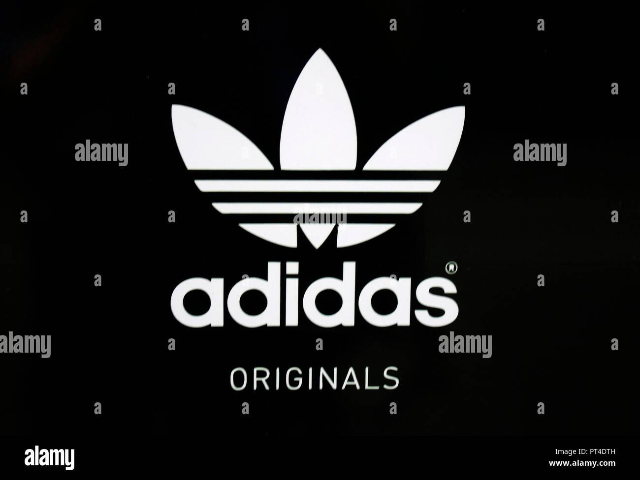 """das Logo der Marke/ the logo of the brand """"Adidas"""", Helsinki   (nur fuer redaktionelle Verwendung. Keine Werbung. Referenzdatenbank: http://www.360-be Stock Photo"""