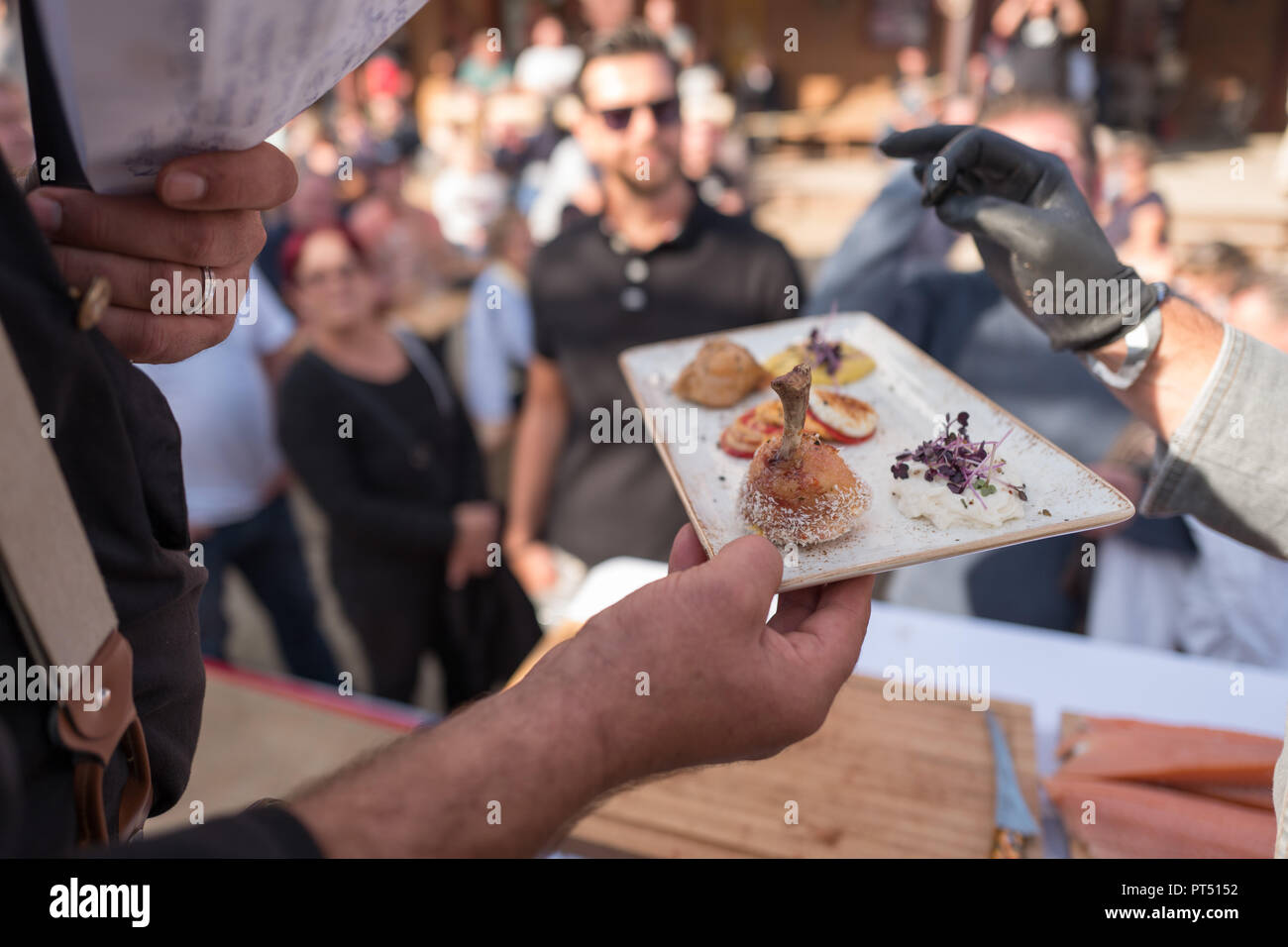 Templin, Brandenburg. 06th Oct, 2018. 06 October 2018, Germany, Templin: At the first 'Brandenburg Barbecue Championship' in the 'El Dorado Templin' one of the presented dishes with chicken legs is analysed. A total of eight teams grill around the grill crown. Credit: Jörg Carstensen/dpa/Alamy Live News - Stock Image