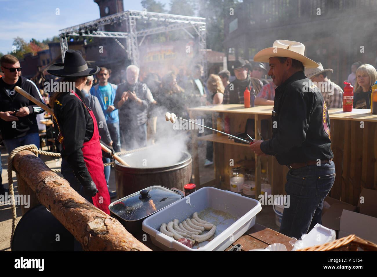 Templin, Brandenburg. 06th Oct, 2018. 06 October 2018, Germany, Templin: For the 'strengthening' of the visitors there is sausage from the Fondue pot in the context of the first 'Brandenburgischen grill championship' in the 'El Dorado Templin'. A total of eight teams grill for the grill crown. Credit: Jörg Carstensen/dpa/Alamy Live News - Stock Image