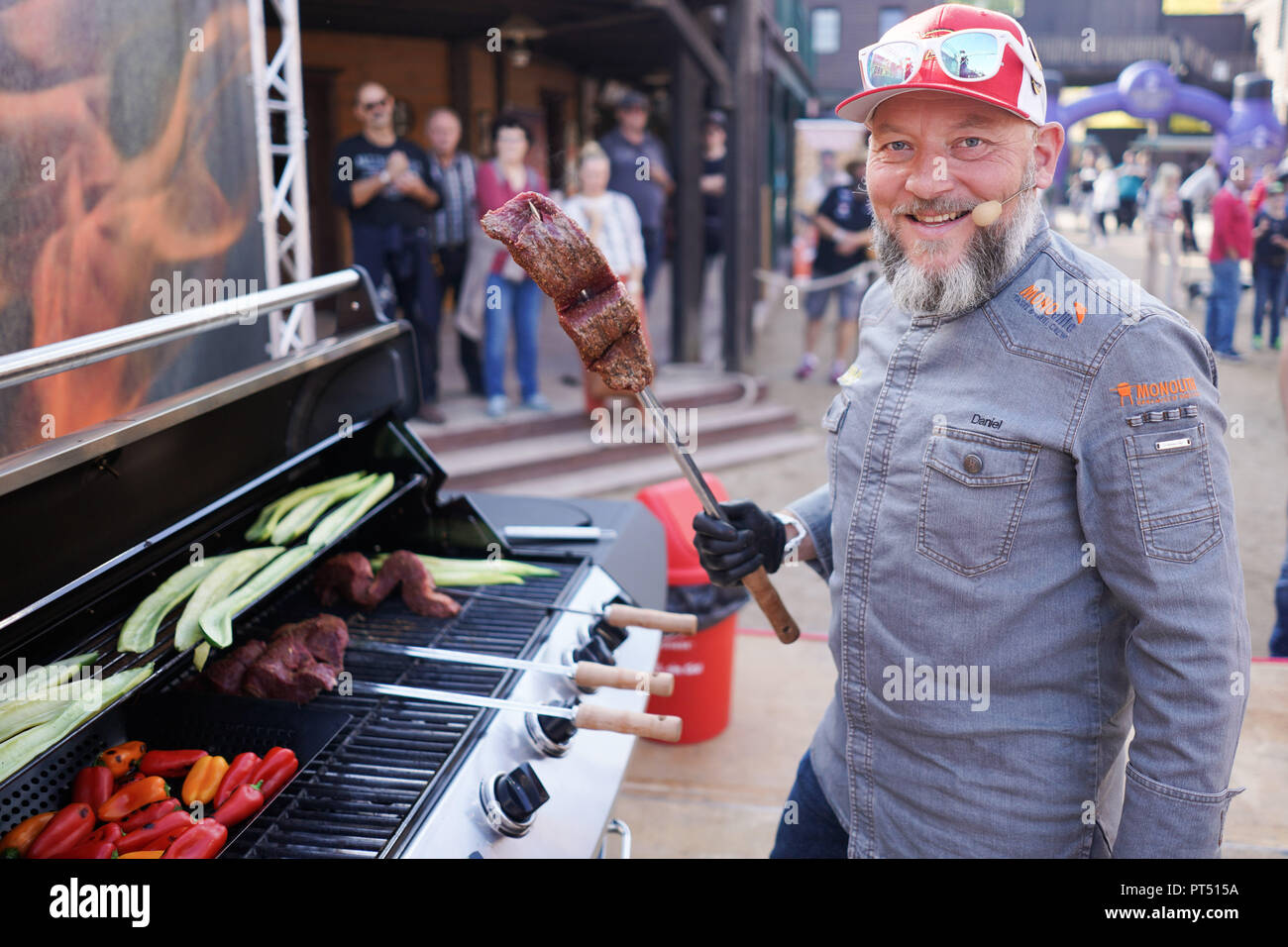 Templin, Brandenburg. 06th Oct, 2018. 06 October 2018, Germany, Templin: The German grill master Daniel Nonnenmann shows off his grill talent at the first 'Brandenburg Barbecue Championship' outside of the competition in the 'El Dorado Templin'. A total of eight teams grill for the grill crown. Credit: Jörg Carstensen/dpa/Alamy Live News - Stock Image