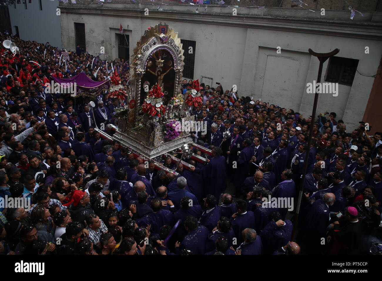 Lima, Peru. 06th Oct, 2018. Many people take part in a procession in honour of the 'Senor de los Milagros' (Lord of Miracles). 'Senor de los Milagros' is a Catholic festival that is celebrated every year in Lima. Credit: Geraldo Caso/dpa/Alamy Live News - Stock Image