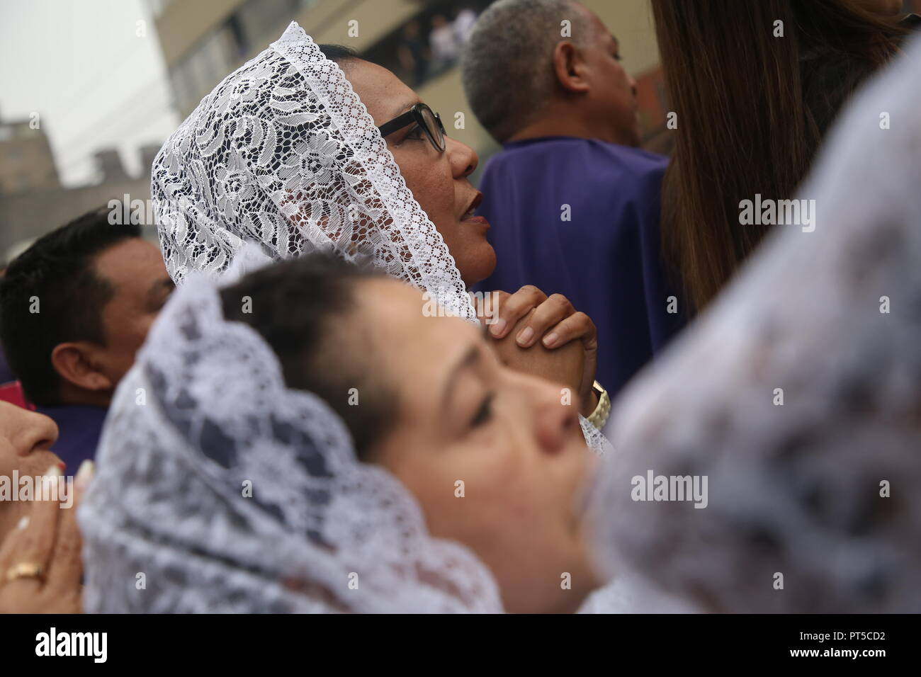 Lima, Peru. 06th Oct, 2018. A woman prays during a procession in honour of the 'Senor de los Milagros' (Lord of Miracles). 'Senor de los Milagros' is a Catholic festival that is celebrated every year in Lima. Credit: Geraldo Caso/dpa/Alamy Live News - Stock Image