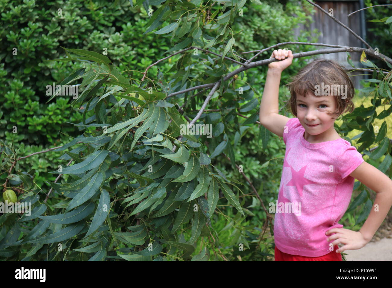 Little girl helping with yard work - Stock Image