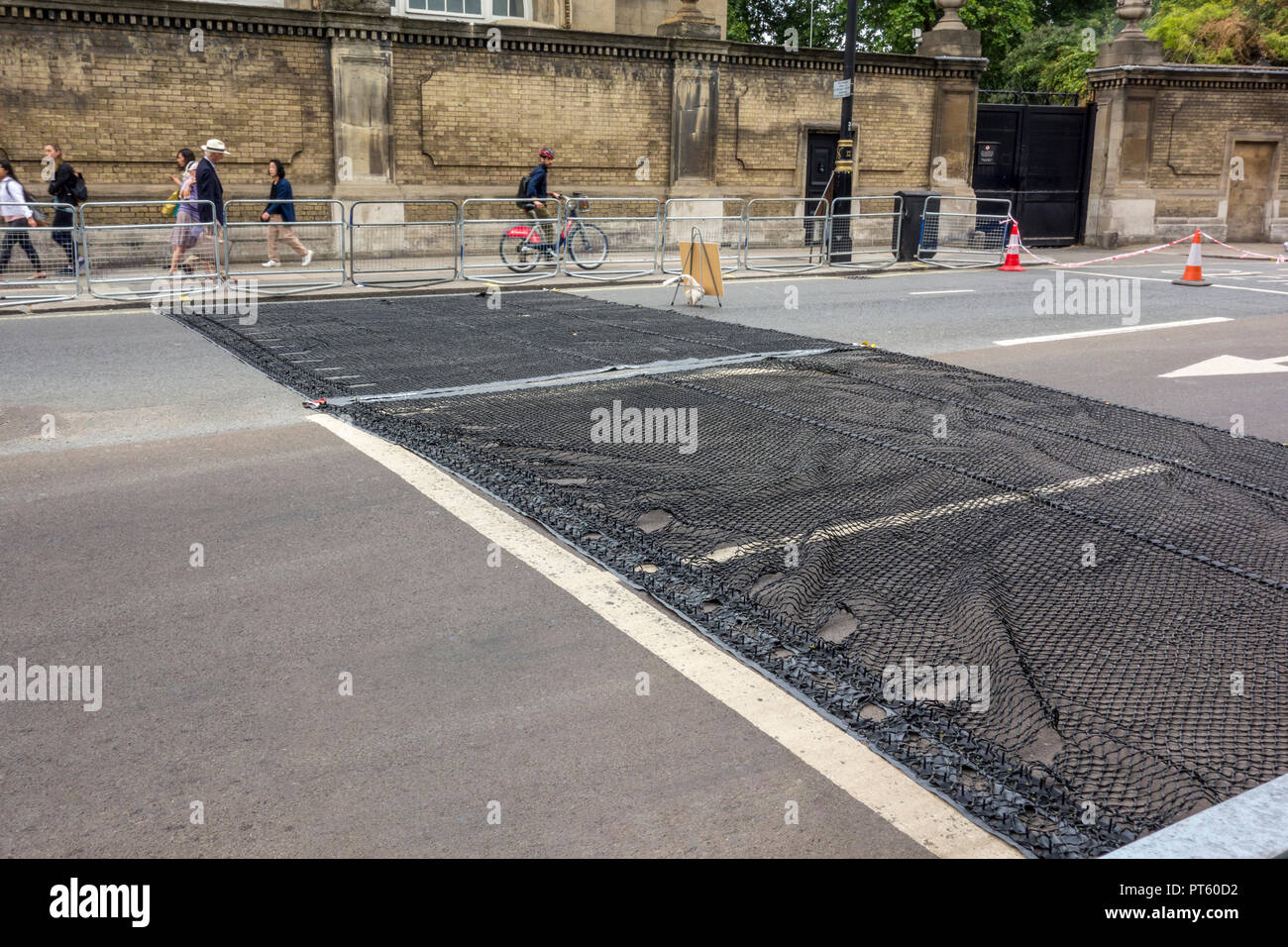 Police anti-terror 'Talon' device, a vehicle-stopping spiked net designed to stop vehicles up to 17 tonnes, Buckingham Gate Westminster, London - Stock Image
