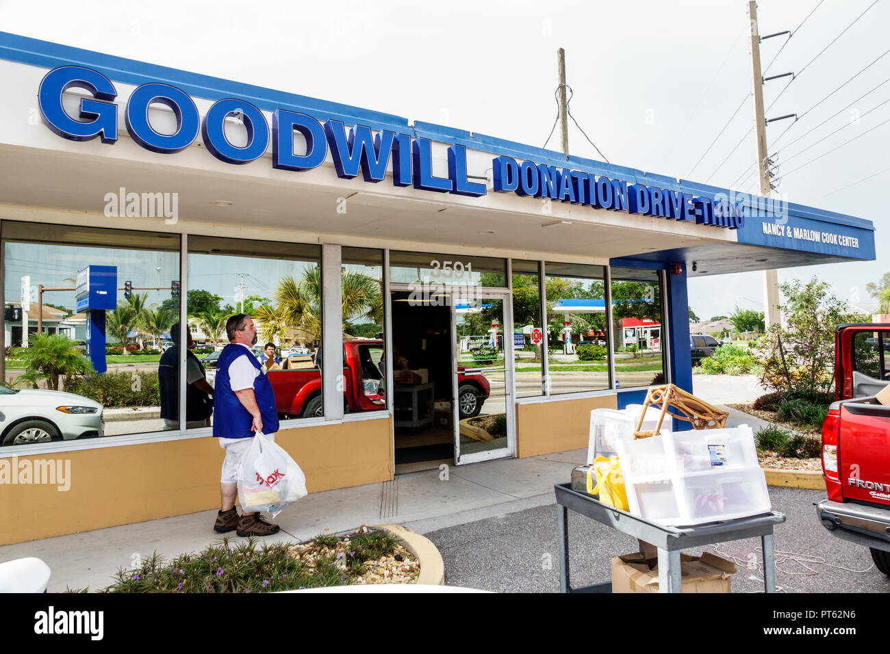 Sarasota Florida Goodwill Donation Drive-Thru front entrance - Stock Image