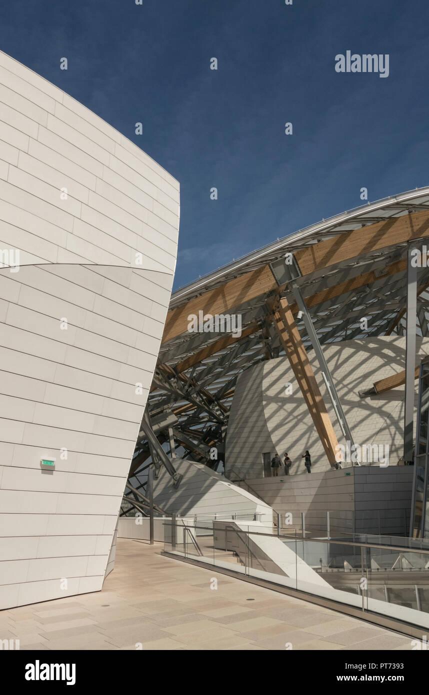 This sensational futuristic Frank Gehry building houses an art complex of galleries for the Fondation Louis Vuitton in Bois de Boulogne, Paris, France Stock Photo