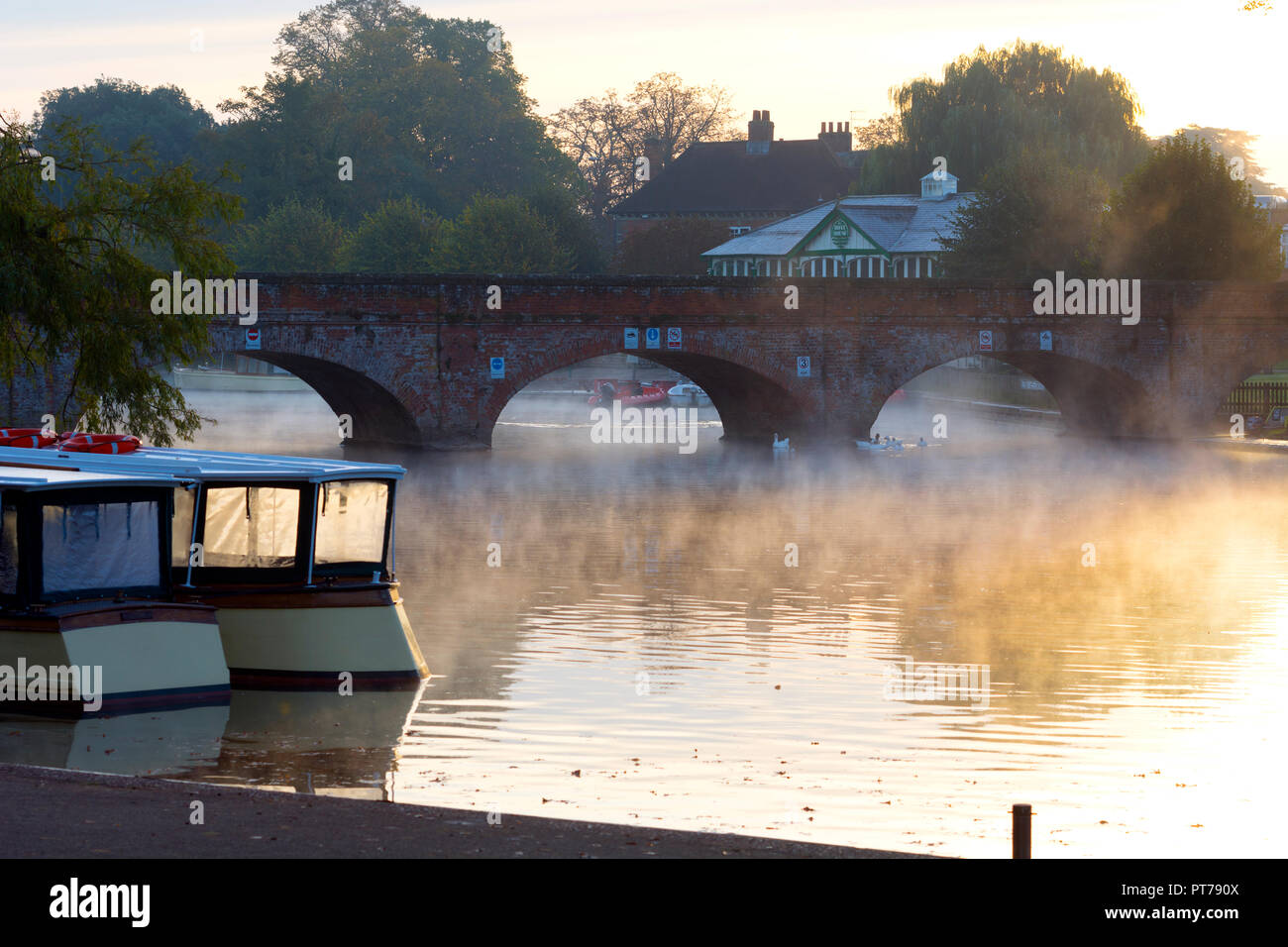Stratford-upon-Avon, UK. 7th October 2018. Stratford-upon-Avon, Warwickshire, England, UK. On a frosty morning the sun rises over the River Avon in Stratford-upon-Avon. Credit: Colin Underhill/Alamy Live News - Stock Image