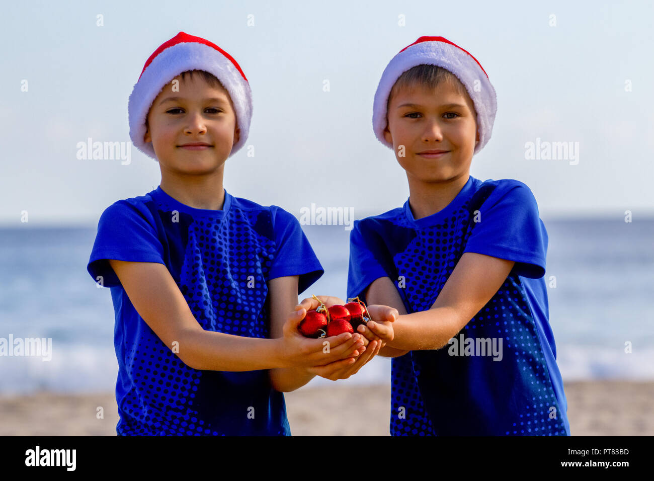 Christmas Hats For Kids.Christmas Holiday Kids In Red Santa Hats Holding Christmas