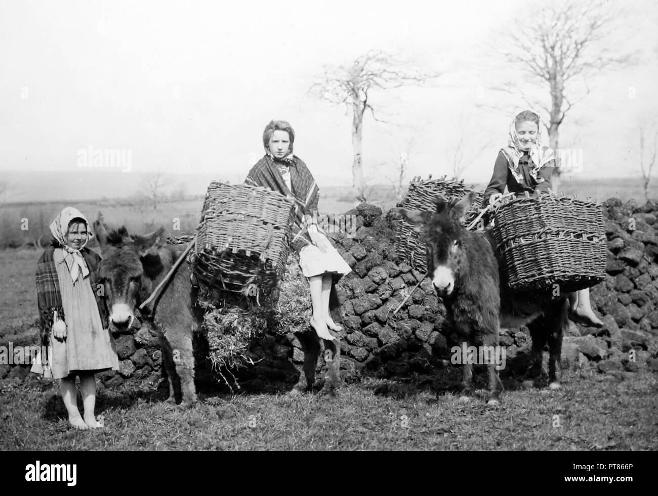 Carrying turf, Co Mayo, West of Ireland, early 1900s - Stock Image
