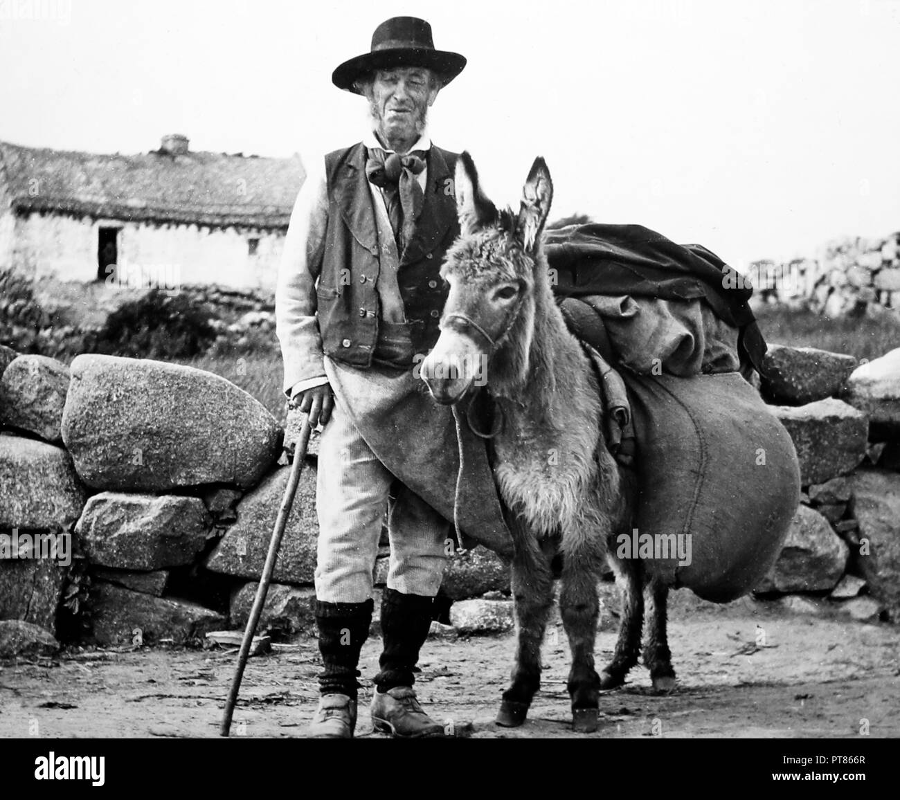 A travelling tinker, Rosmuck, Galway, West of Ireland, early 1900s - Stock Image