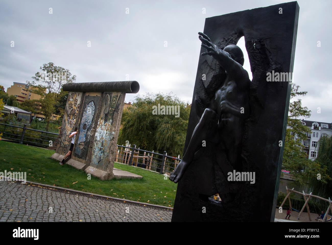 'Wir sind das Volk' on the Straβe der Erinnerung with a segment of the Berlin Wall in Background, Berlin. - Stock Image