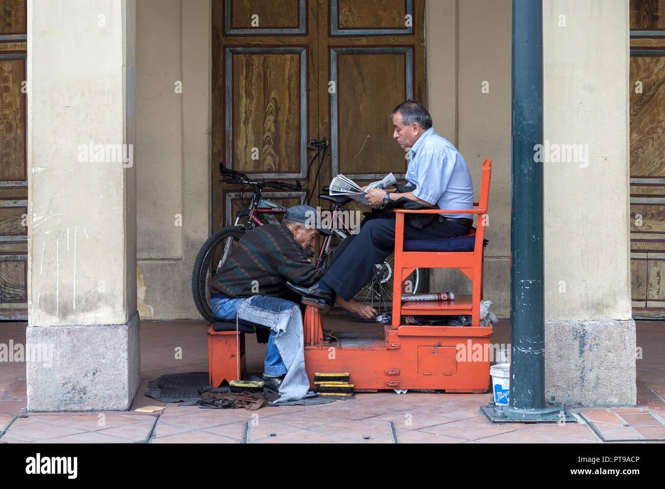 Shoe shiner Cuenca Ecuador - Stock Image
