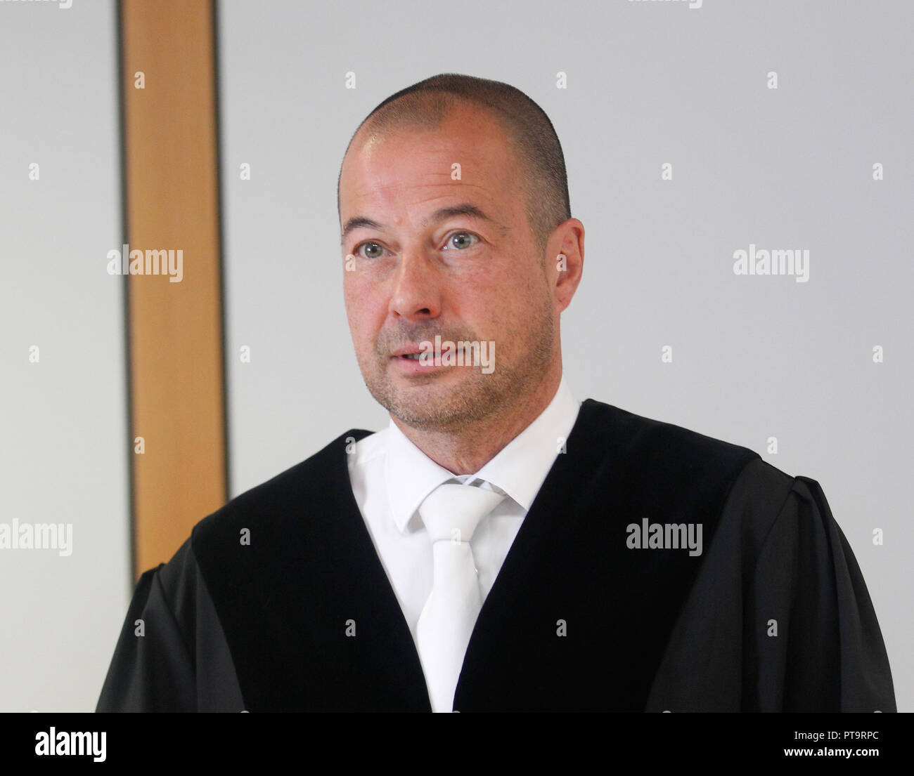 08 October 2018, North Rhine-Westphalia, Essen: Judge Markus Dörlemann opens the trial in the Essen Regional Court for alleged extortion against a defendant. The defendant is said to have threatened to poison food in a discount store between March and April 2018. He had been captured at the handover of 100,000 euros in cash. Photo: Roland Weihrauch/dpa - ACHTUNG: Person wurde aus rechtlichen Gründen gepixelt - Stock Image