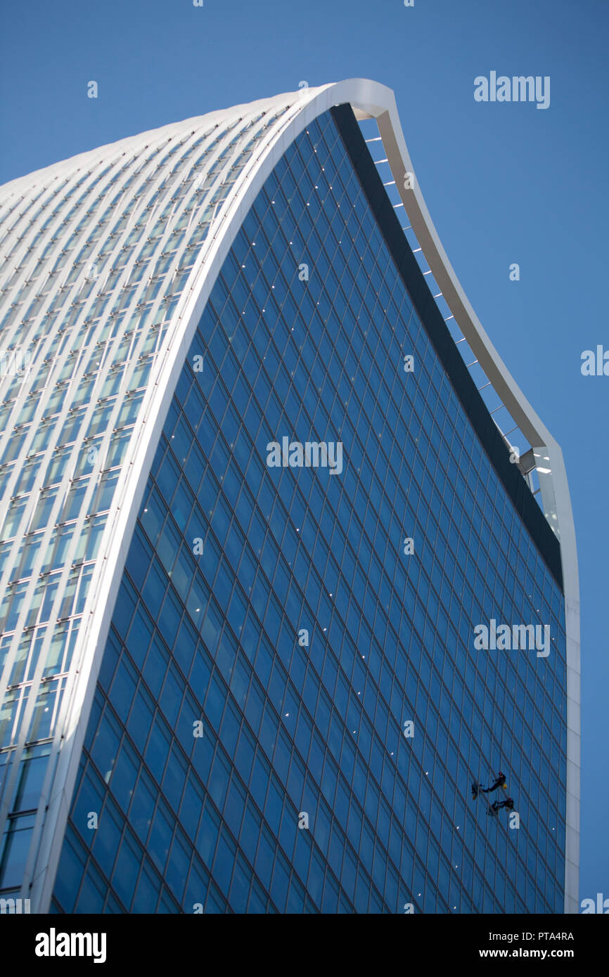 Window cleaners, cleaning 20 Fenchurch Street skyscraper in London  City of London financial district. Nicknamed  The Walkie-Talkie - Stock Image