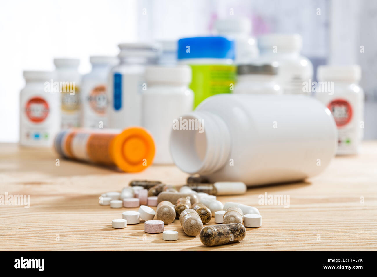 Tabletten auf altem Holztisch Stock Photo