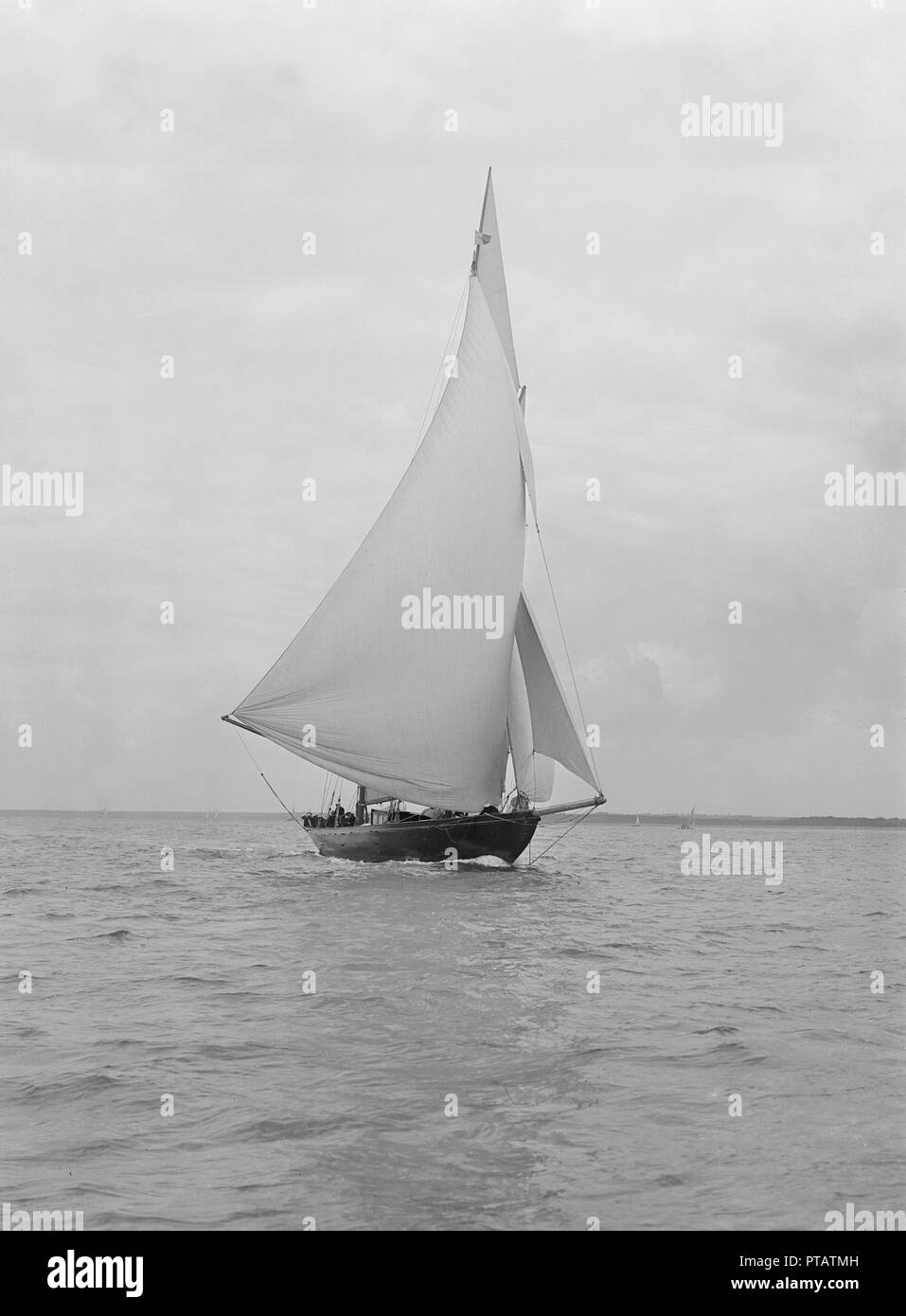 The 32 metre ketch 'Joyette' running downwind, 1922. 'Joyette' was designed by Charles Nicholson and launched in 1907. - Stock Image