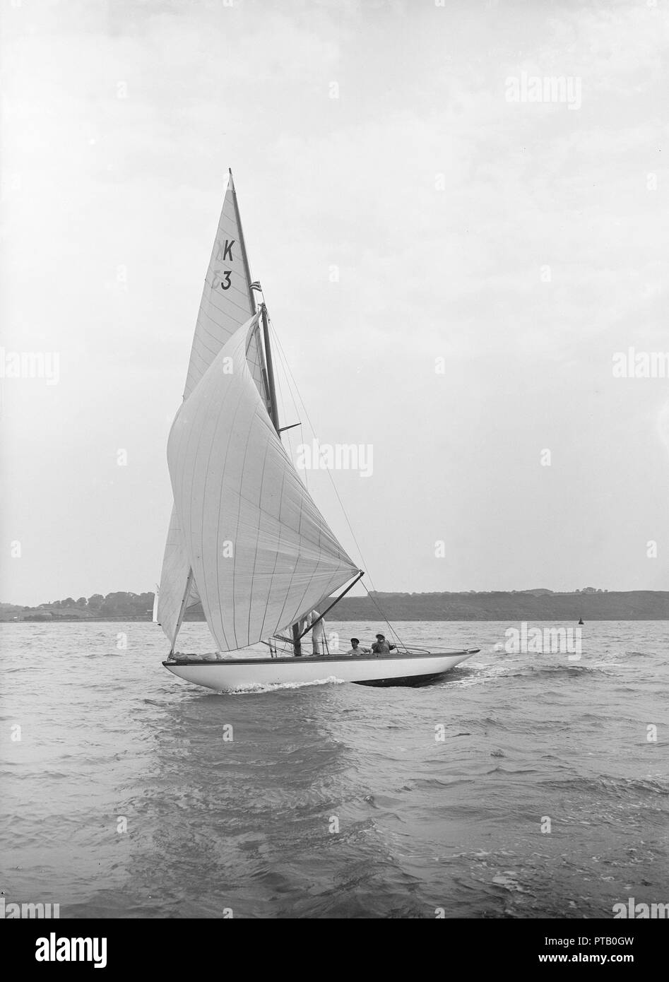 The 7 Metre 'Ancora' (K3) sailing under spinnaker, 1913. 'Ancora' went on to win gold medal in the 1920 Antwerp Olympics. - Stock Image