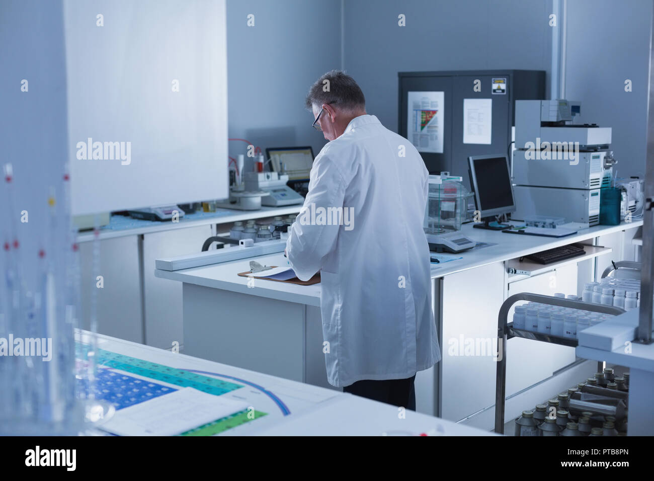 Male scientist experimenting in laboratory - Stock Image