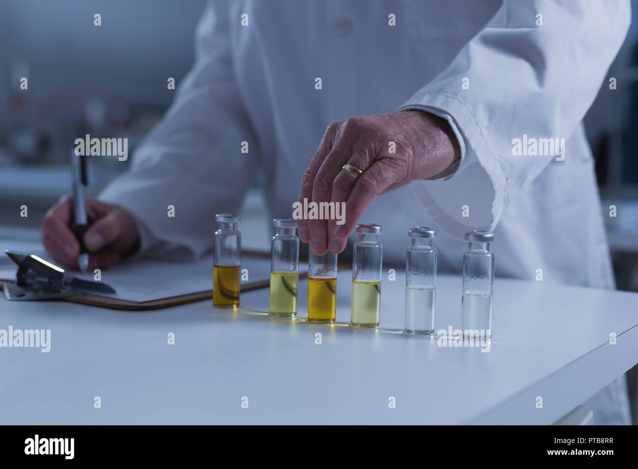 Male scientist experimenting in laboratory 4k - Stock Image