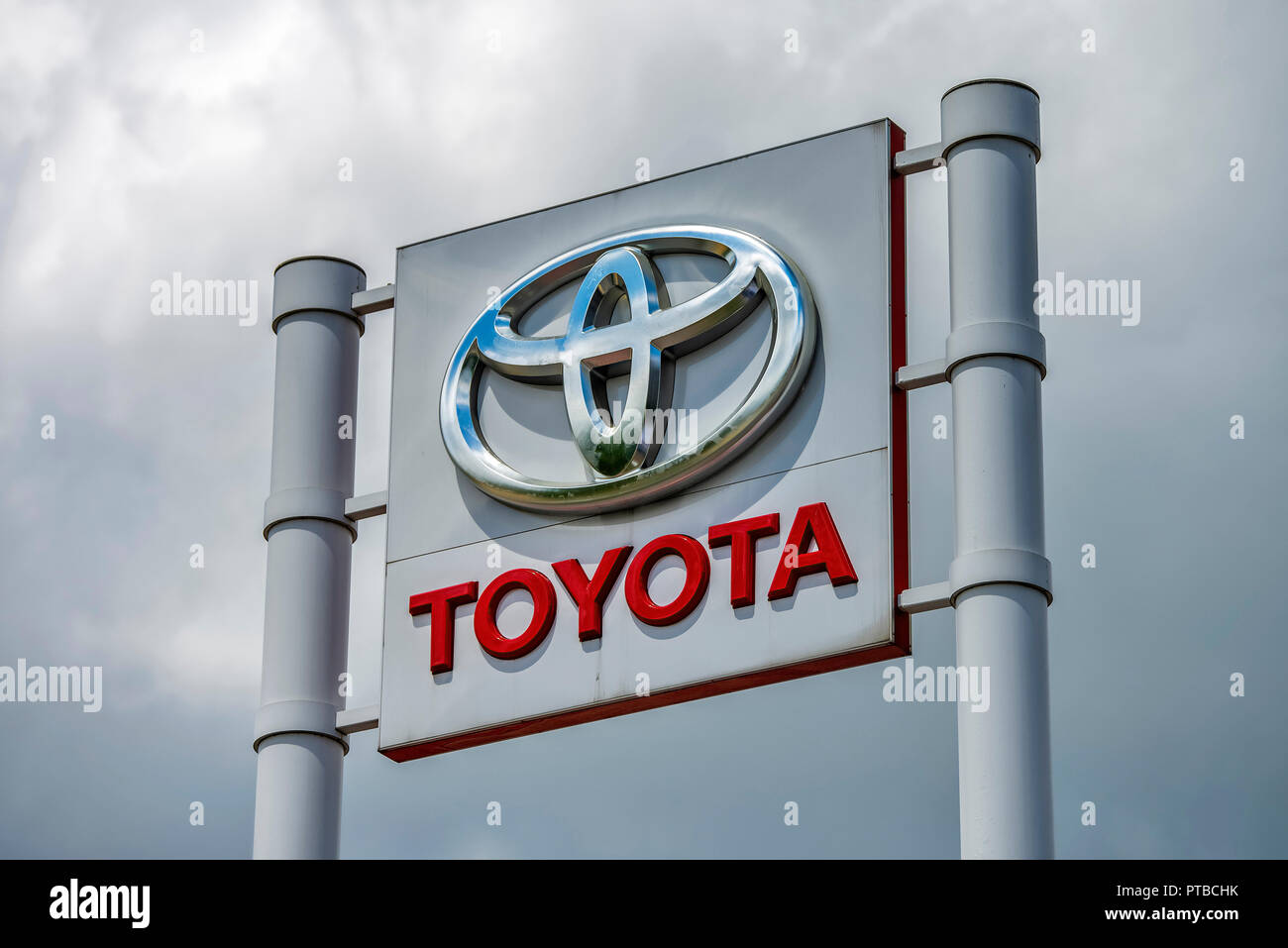 Toyota sign of a car dealership in front of gray sky - Stock Image