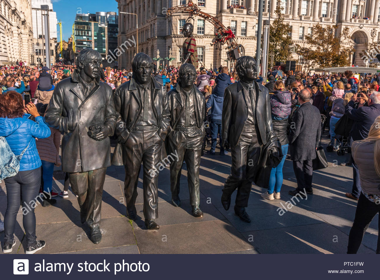Royal De Luxe Giants visit Liverpool for the last time. The Beatles eem unconcerned Stock Photo