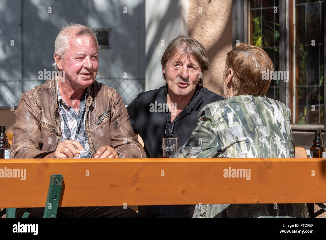 Deggendorf, Bavaria. 27th Sep, 2018. The pub visitors Ferdinand Koller (l) and Karl Siebert and a woman sit at a table and discuss the upcoming state election. (Zu dpa-KORR 'Vom Ende der Beschaulichkeit - Deggendorf und der AfD-Stempel' from 09.10.2018) Credit: Armin Weigel/dpa/Alamy Live News - Stock Image