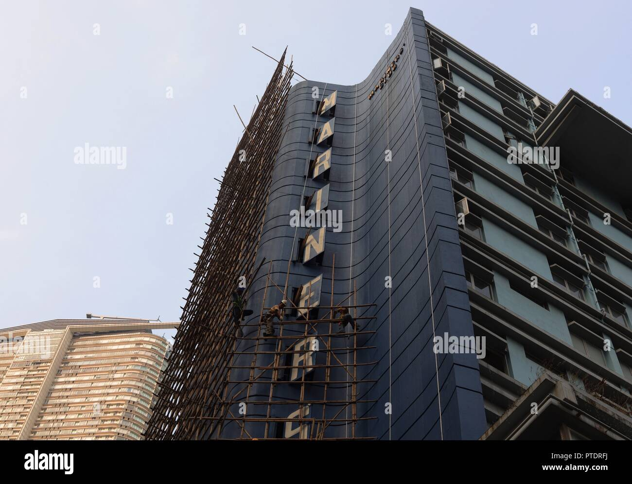 Hong Kong, CHINA. 9th Oct, 2018. Hong Kong bamboo scaffolding engineers ( workers ) constructing a bamboo scaffolding along hotels outer wall, a hotel which is to be demolished soon. Hong Kong is a place where old method of bamboo scaffoldings are being kept as a Chinese traditional architectural craft, the scene of scaffolding engineers working on the bamboo scaffolding often surprise foreign tourists who visit Hong Kong.Oct-9, 2018 Hong Kong.ZUMA/Liau Chung-ren Credit: Liau Chung-ren/ZUMA Wire/Alamy Live News - Stock Image