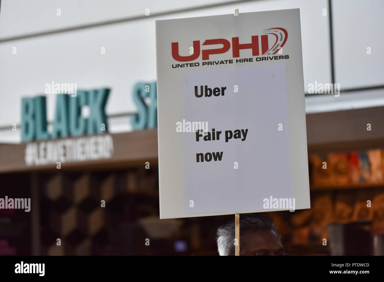 Aldgate, London, UK. 9th October 2018, Uber drivers staging a 24hr strike and protest outside the Uber HQ in Aldgate. Credit: Matthew Chattle/Alamy Live News Stock Photo