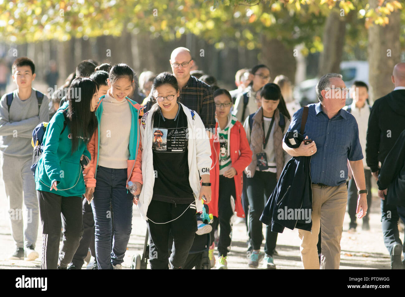London UK. 9th Ocrober 2018. People strolling in the afternoon  sunshine in Saint James's Park covered in fallen leaves on a warm autumn day as October is forecast to be the hottest month in Seven years as the Indian summer returns Credit: amer ghazzal/Alamy Live News - Stock Image