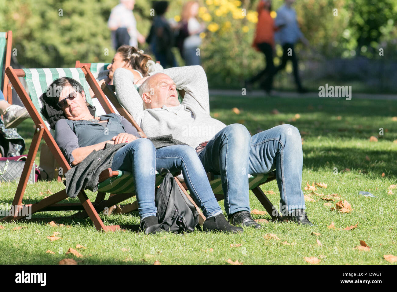London UK. 9th Ocrober 2018. People catching a nap in the afternoon  sunshine in Saint James's Park covered in fallen leaves on a warm autumn day as October is forecast to be the hottest month in Seven years as the Indian summer returns Credit: amer ghazzal/Alamy Live News - Stock Image
