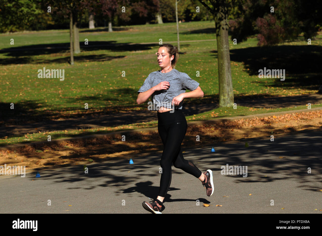 London, UK, 9th Oct 2018. Sunny day in Hyde Park midweek in October Credit: JOHNNY ARMSTEAD/Alamy Live News Stock Photo