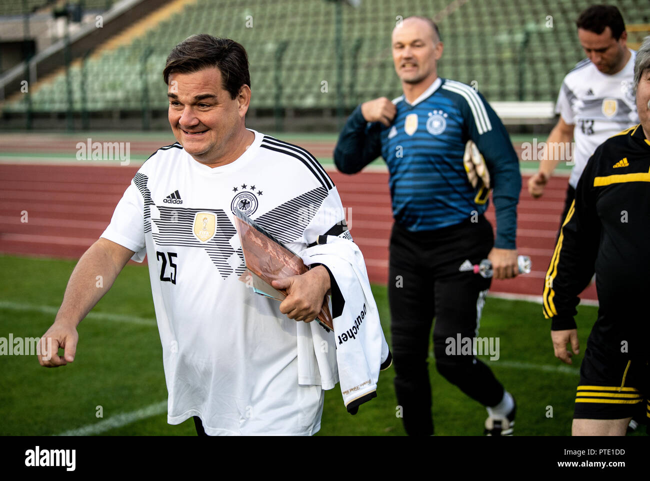 09 October 2018, Berlin: Markus Weinberg (CDU, l), captain of the FC Bundestag and member of the German Bundestag, comes onto the pitch. The FC Bundestag uses the match against the team selection of Turkish journalists in exile to draw attention to the situation of more than 260 journalists worldwide who are currently in prison.    (to dpa 'Spiel für die Pressefreiheit: 8:2 für den FC Bundestag' from 09.10.2018) Photo: Fabian Sommer/dpa - Stock Image