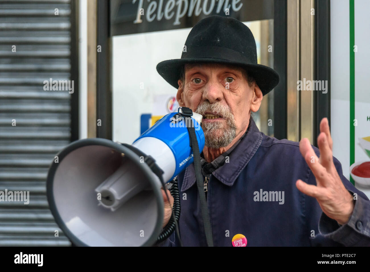 London, UK. October 9th 2018. A man speaks at the rally outside the New Atlas Cafe Restaurant where a young black man was attacked by police who used obviously unnecessary force when arresting him on suspicion of having been involved in a knife attack. He was assaulted by six officers, and was viciously kicked while officers struggled to handcuff him, andwhen he was well under control and held on the ground he was sprayed in the face with CS gas. Credit: Peter Marshall/Alamy Live News - Stock Image