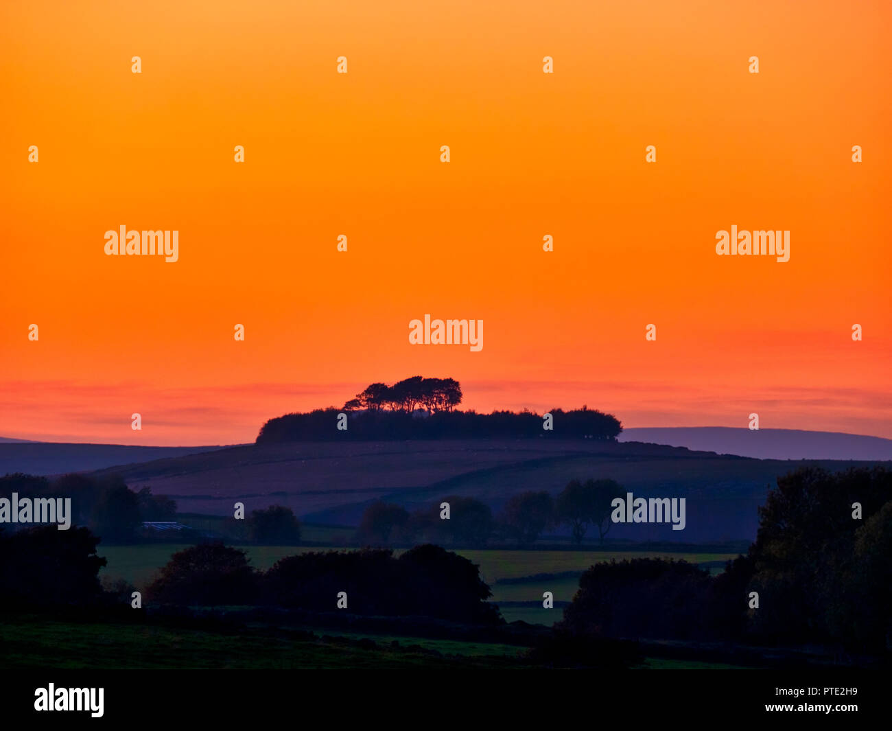 Minning Low hill. 9th Oct 2018. UK Weather spectacular sunset over Minning Low hill Historic England monument with a chambered tomb & two bowl barrows Peak District National Park, UK Credit: Doug Blane/Alamy Live NewsStock Photo