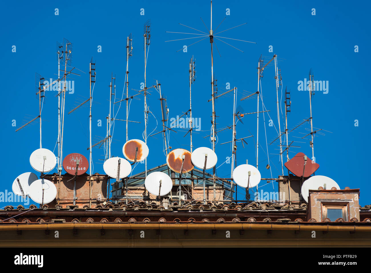 Rusty old aerials and satellite dishes on a building in Trastevere, Rome, Italy. - Stock Image