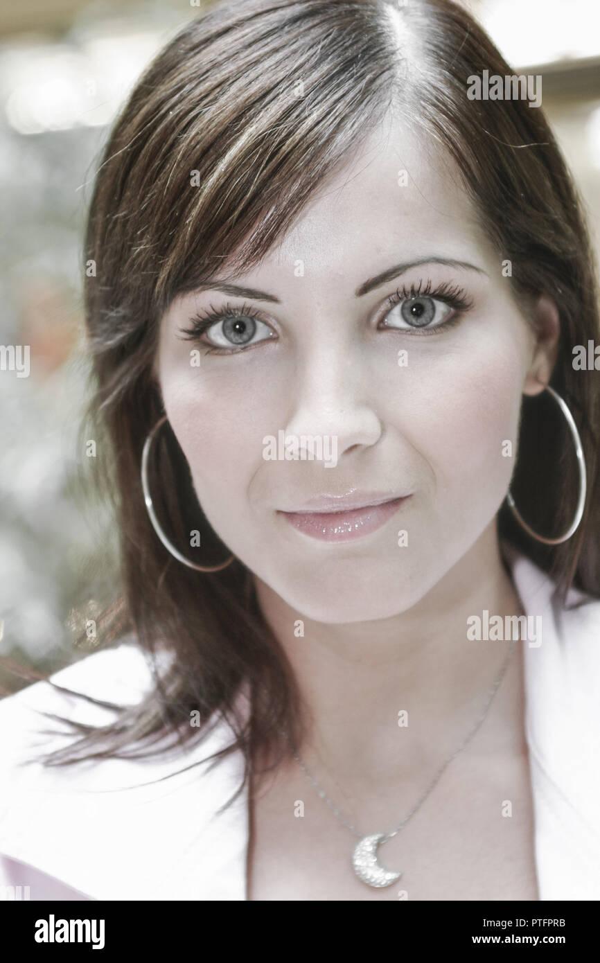 Frau Jung Ernst Blick Kamera Portrait Geschminkt Make-up Dezent Natuerlichkeit Natuerlich Dunkelhaarig Gesicht Menschen Generationen Teenager Lifestyl - Stock Image
