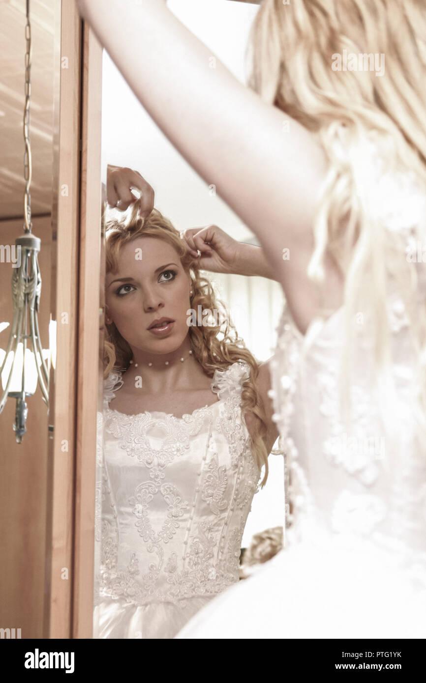 Braut Spiegel Haare Frisur Frisieren Zurechtruecken Halbportrait