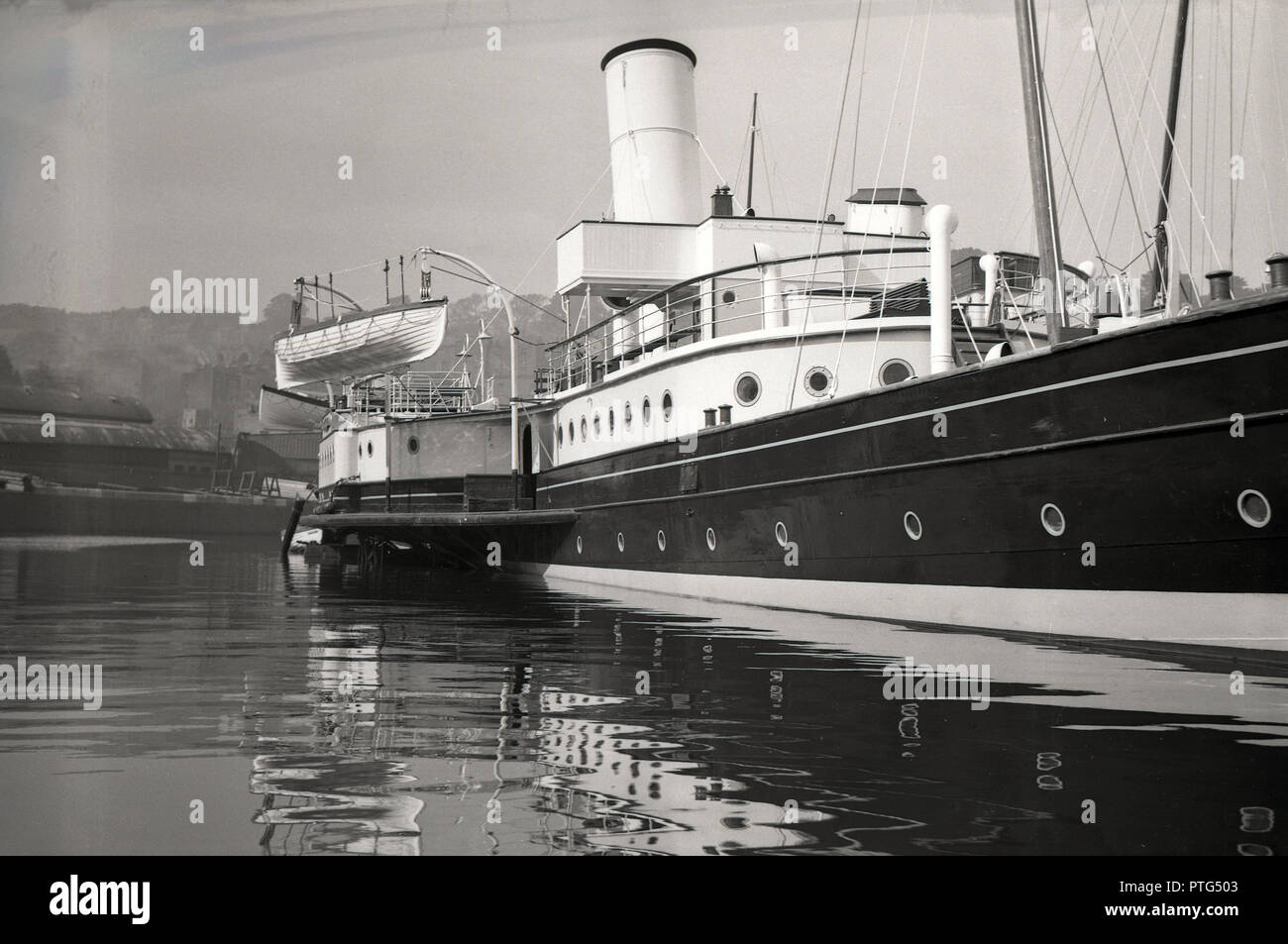 1950s, historical, passenger steamship moored in Oban harbour, Scotland, UK. The bay at Oban in the Firth of Lorn became the gateway to the Western highlands and Islands of Scotland for visitors travelling by ship. - Stock Image