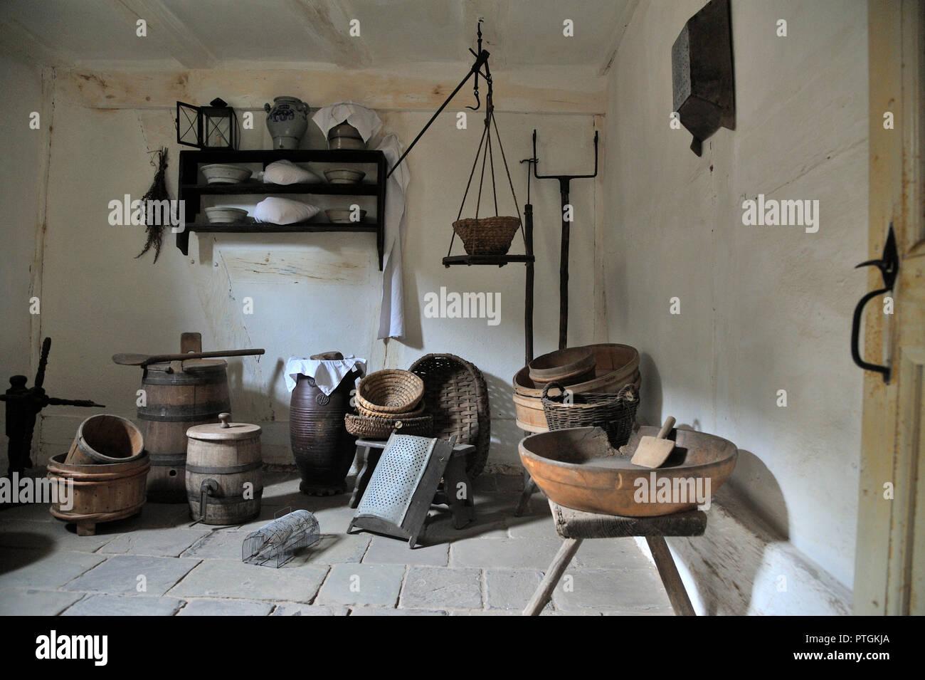 Kommern, Rheinisches Freilichtmuseum Kommern gegründet 1958, Haus aus Bodenbach, Wohnraum. Erbaut in der zweiten Hälfte des 17. Jahrhunderts. Hausgerä Stock Photo