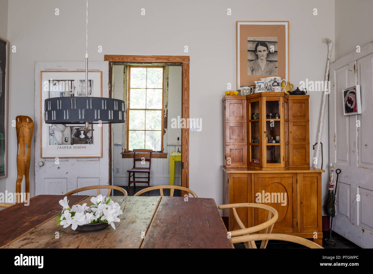 c18 New England drop leaf table with Wishbone chairs by Hans J Wegner. Pendant light is mid-century Scandinavian. - Stock Image