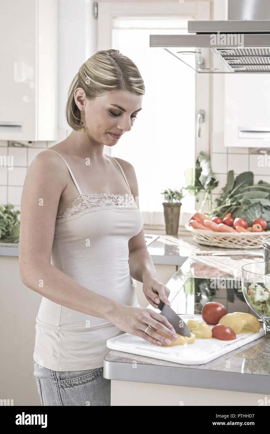 Kueche, kochen, Gemuese, schneiden, , probieren, 20-30 Jahre, Haushalt, Kuechenarbeit, Hausarbeit, Lebensmittel, Nahrungsmittel, vitaminreich, aufschn - Stock Image