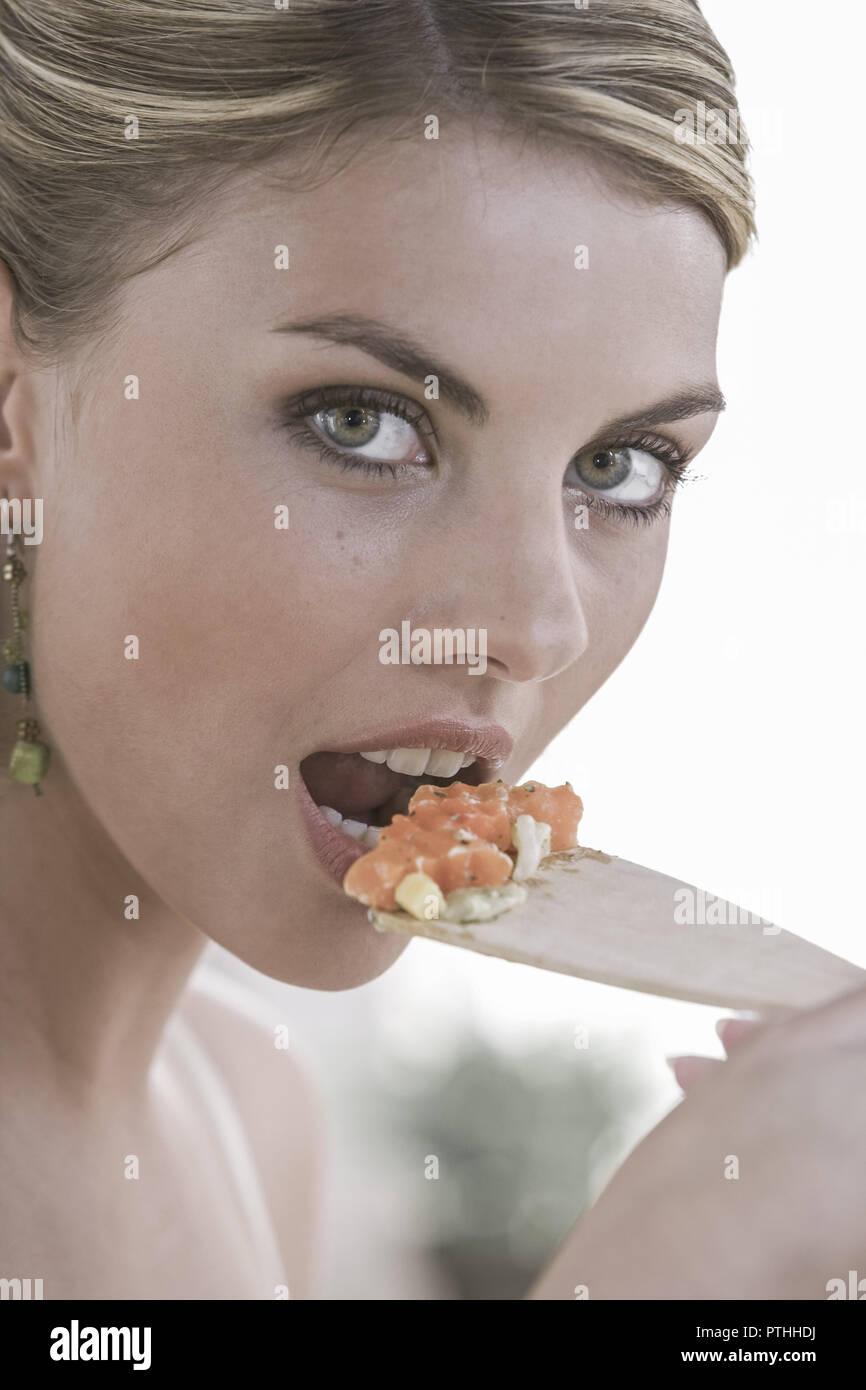 Kueche, kochen, Gemuese, probieren, 20-30 Jahre, Haushalt, , Kuechenarbeit, Hausarbeit, Lebensmittel, Nahrungsmittel, vitaminreich, Zubereitung, Essen - Stock Image