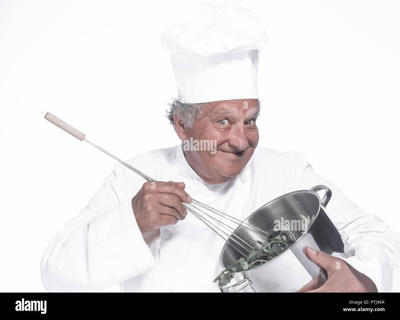 Aelterer Koch ruehrt in einem Kochtopf (Modellfreigabe) Stock Photo