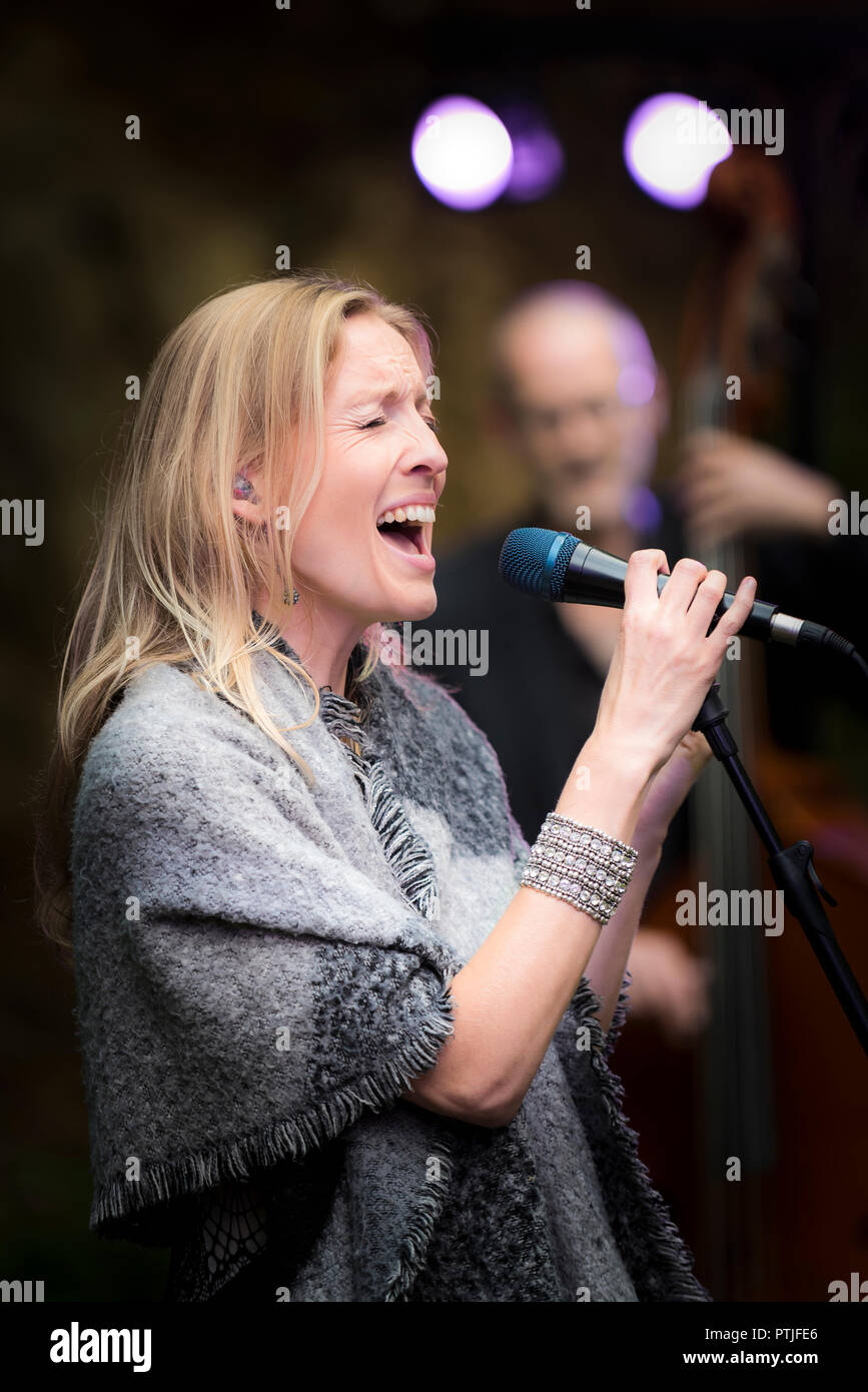 Janice Mitchelson vocalist with the The Grace Notes performing at Trebah Garden amphitheatre in Cornwall. - Stock Image